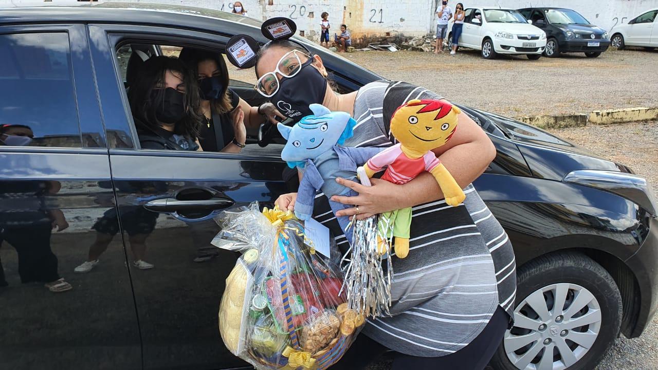 DRIVE THRU ARRECADA ALIMENTOS E LEVA SOLIDARIEDADE A FAMÍLIAS