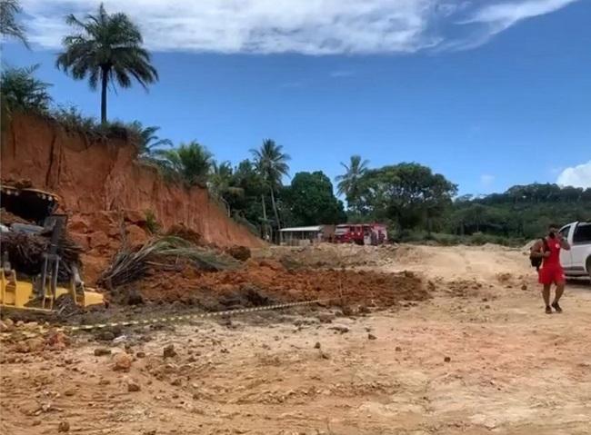 MOTORISTA DE MÁQUINA FICA SOTERRADO EM DESLIZAMENTO DE TERRA EM ILHÉUS