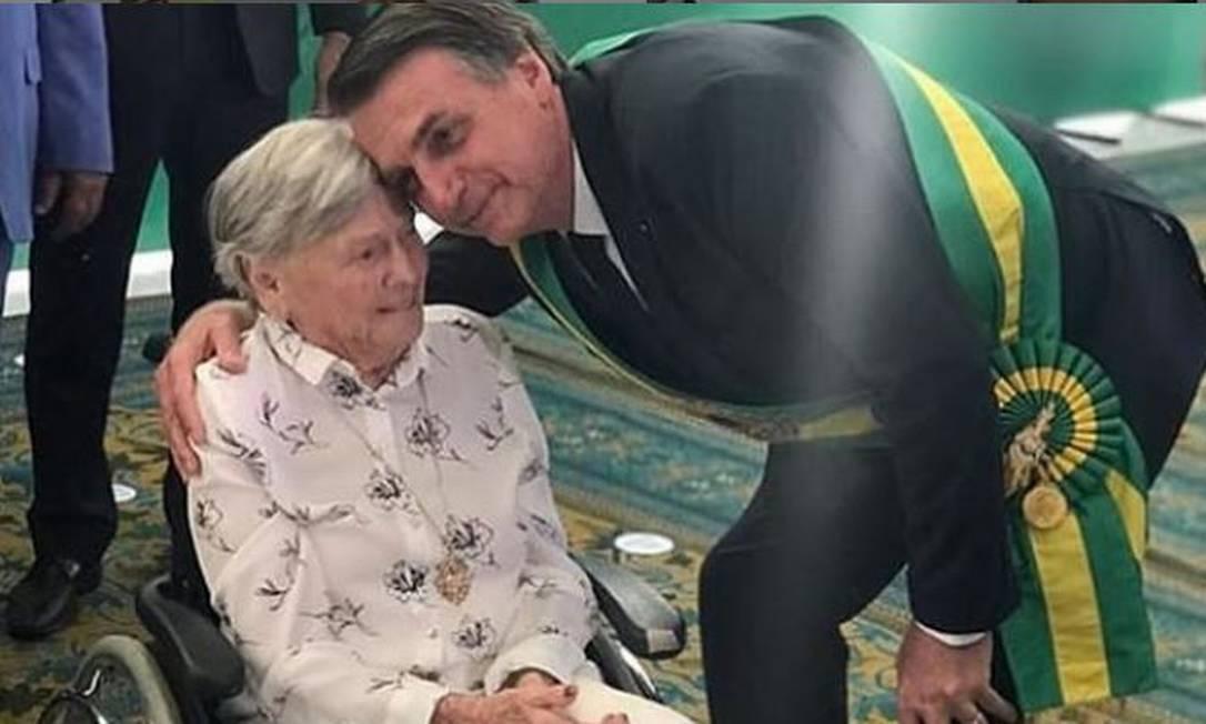 """MÃE DE BOLSONARO RECEBE SEGUNDA DOSE DA """"VACINA CHINESA DO DÓRIA"""""""
