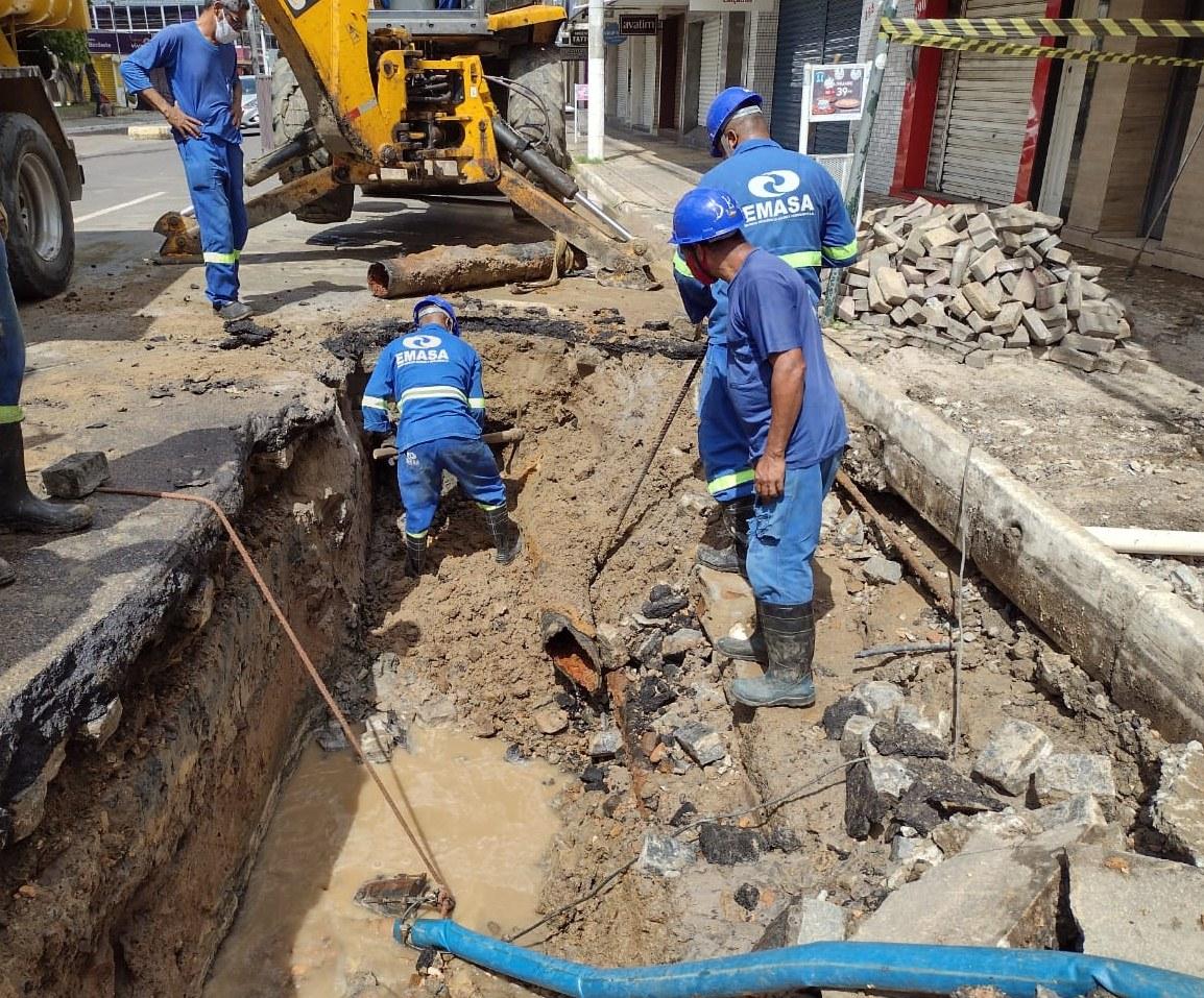 ITABUNA: ROMPIMENTO DE REDES DE ÁGUA NO CENTRO E NOVO HORIZONTE AFETA ABASTECIMENTO