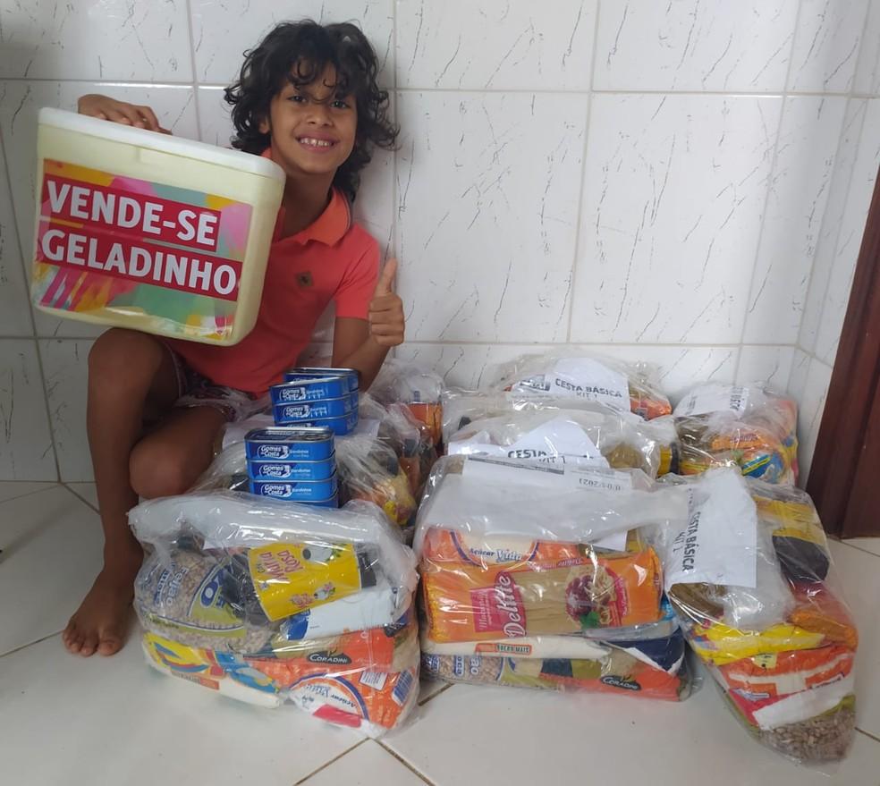 """MENINO DE 7 ANOS VENDE """"GELADINHOS"""" PARA DOAR CESTAS BÁSICAS A FAMÍLIAS CARENTES"""